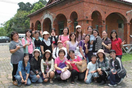 本會舉辦攝影與寫作研習時學員在鳳梨工廠合影 導