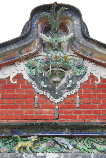 山牆與鳥踏上的剪黏壁飾