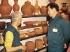 林昭地老師在館內解說陶藝作品