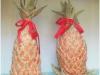 由產銷班學員用絲瓜布編織的「鳳梨」, 陳列展示在倉庫內。(劉己玄攝)