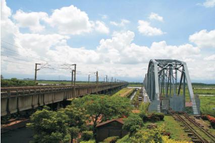 下淡水溪上,高屏舊鐵橋〈右〉靜靜矗立,功能已被新橋〈左〉取代。〈柯武村攝〉