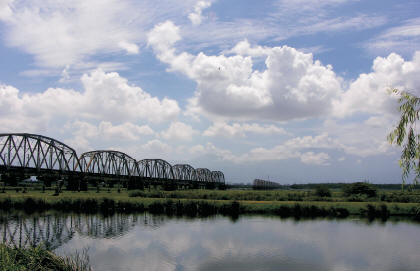 藍天、白雲、倒影、舊鐵橋,景色一絕。〈陳瑚琨攝〉 高屏舊鐵橋風華不