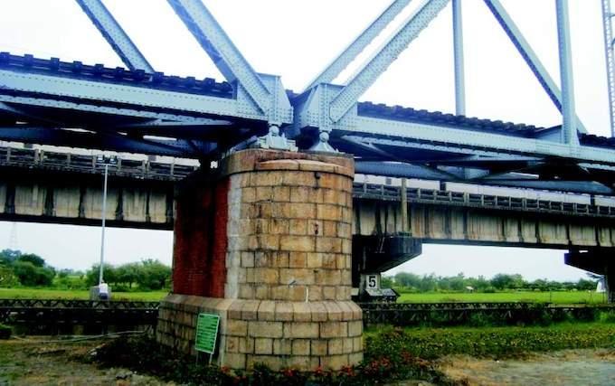 由遠處看舊鐵橋橋拱基座。