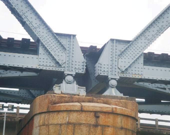 由近處仔細瞧,舊鐵橋橋拱基座, 左右兩邊造型不同,右方類似三 角形,左方則是方形。